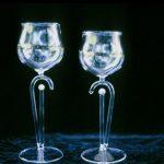 Weinglas mit farbiger Perle
