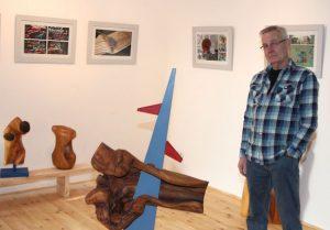 Kurt Niemann zeigt im Hinterhaus de Galerie Holzskulpturen, Bilder und Videos.